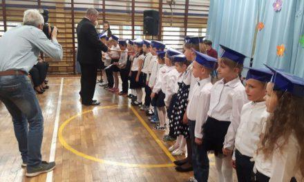 Ślubowanie klas pierwszych w nowej szkole podstawowej.