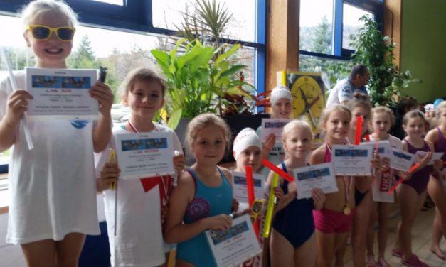 Pływackie zawody dzieci